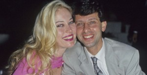Morto Riccardo Schicchi, scopritore delle più famose pornostar italiane. Nella foto Riccardo Schicchi con Moana Pozzi nel 1991